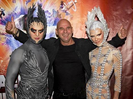 Cirque du Soleil -sirkusyhtiön perustaja ja entinen omistaja Guy Laliberté poseerasi kuvaajille taiteilijoiden kanssa Montrealissa 2011.