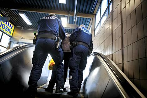 Poliisipartio työssään Sörnäisten metroasemalla Helsingissä.