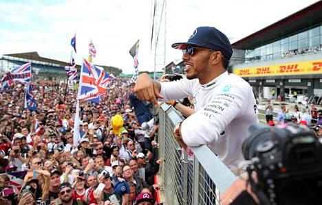 Lewis Hamilton juhli viikko sitten voittoa Silverstonen GP:ssä.