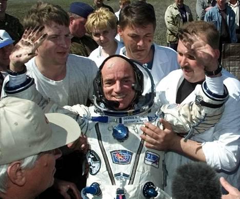 """Maailman ensimmäinen avaruusturisti Dennis Tito suunnittelee """"pikalentoa"""" Marsiin ja takaisin jo 2018. Tässä hän on juuri palanut avaruusasemalta maahan Sojuz-kapselissa toukokuussa 2001."""