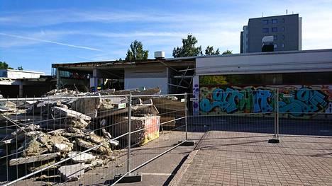 Mellunmäen ostoskeskusta puretaan maan tasalle. Ostarin seiniin on ilmestynyt graffiteja.