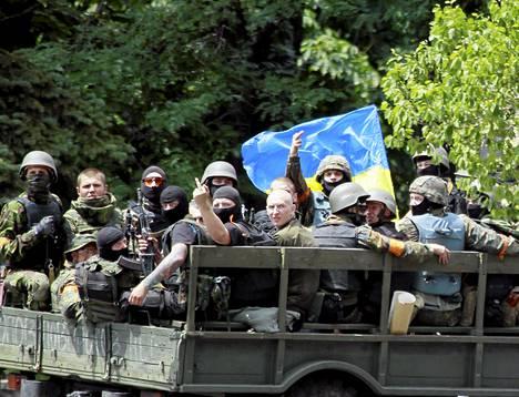 Ukrainan armeijan joukkoja Mariupolissa perjantaina.