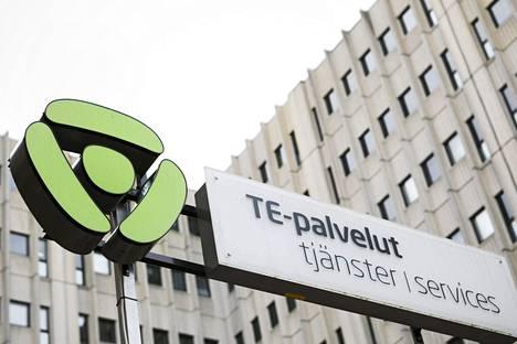 Yli puolet Suomen työttömistä työnhakijoista siirtyy valtion alaisista te-toimistoista kuntien vastuulle yli kahdeksi vuodeksi.