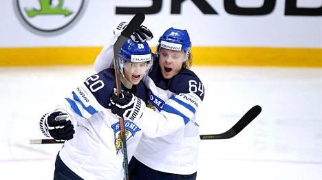 Sebastian Aho (vas.) ja Mikael Granlund ovat Leijonien avainpelaajia Tanskassa.