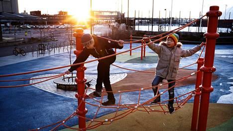 Jaakko Nikkilä ja Kaiwen Zhang kiipeilevät Jätkäsaaren peruskoulun pihalla. Pojat kertovat, että heidän luokallaan ollaan tarkkoja siitä, että kukaan ei jää yksin.