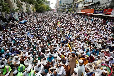 Muslimimielenosoittajat täyttävät kadut moskeijan lähistöllä Dhakassa perjantaina. Mielenosoituksessa vaadittiin kreikkalaisen oikeudenjumalatar Themisin patsaan poistamista Bangladeshin korkeimman oikeuden tiloista.
