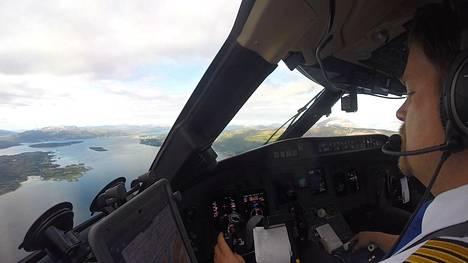 Tapio Siivola kuvaa videoita Youtubeen muun muassa lentokoneen ohjaamossa.