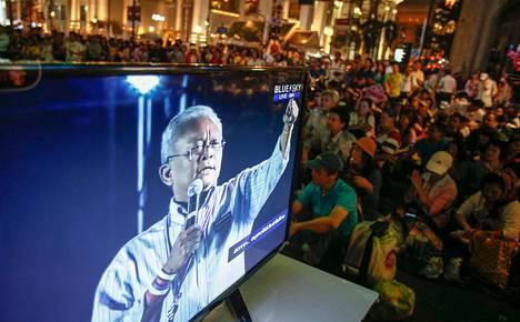 Mielenosoitusten johtaja Suthep Thaugsubanin puhe kuului paitsi kadulla myös televisiossa Bangkokissa sunnuntaina