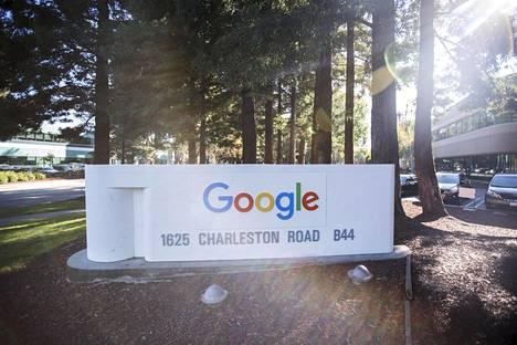 Taustalla Googlen päärakennus Kalifornian Mountain View -kaupungissa Yhdysvalloissa.
