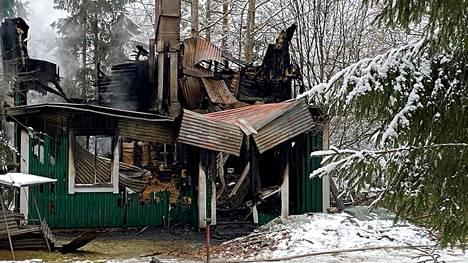 Puurakenteinen omakotitalo tuhoutui tulipalossa Länkipohjassa.