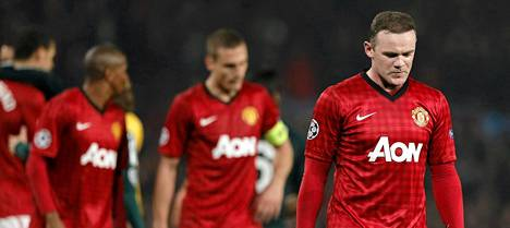 Wayne Rooney poistui joukkuetoveriensa kanssa kallella kypärin kentältä Real Madrid -tappion jälkeen.