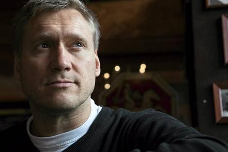 Samuli Edelmann näytteli Viktor Kärppää ensin tv-sarjassa ja keväällä hän palaa rooliin, kun Kärpästä kertovan elokuvan kuvaukset alkavat.