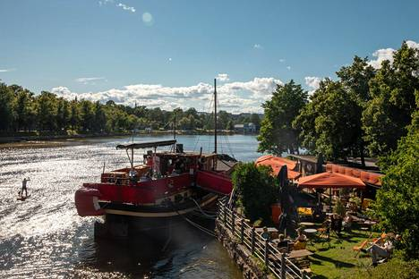 Alankomaissa vuonna 1897 rakennettu laiva toimii nykyään Pitkänsillan kupeessa ravintolalaivana. Flying Dutch -ravintolaan kuuluu myös rantaterassi.