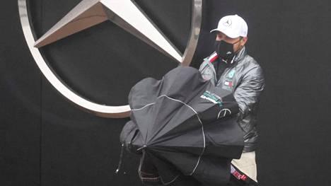 Valtteri Bottas poistui varikkoalueelta perjantain harjoitusten perumisen jälkeen.
