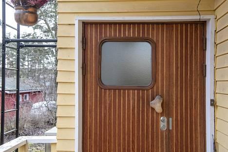 Lauri Toivion ovenkahva on alkuperäinen, mutta itse ovi on teetetty myöhemmin alkuperäisten piirustusten mukaan.