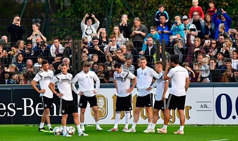 Saksan jalkapallomaakkue harjoitteli lokakuun 9. päivä Berliinissä ennen Kansojen liigan ottelua. Ensi vuonna maajoukkue joutuu tulemaan toimeen ilman McDonald'sin rahoja.