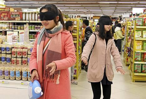 Vapaaehtoiset kokeilivat, millaista on liikkua ja tehdä ostoksia kaupassa näkemättä mitään. Mahdollisuuden kokeiluun järjesti Mianyangissa Kiinan Sichuanissa sijaitseva supermarket kiinnittääkseen huomiota näkökyvyltään rajoittuneiden vaikeuksiin.