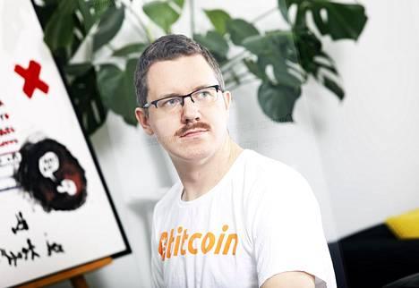 Jyväskyläläisen Prasos-yrityksen toimitusjohtaja Henry Brade on toiminut bitcoin-liiketoiminnassa jo yli viisi vuotta. Aiemmin hän on toiminut muun muassa pokeriammattilaisena.