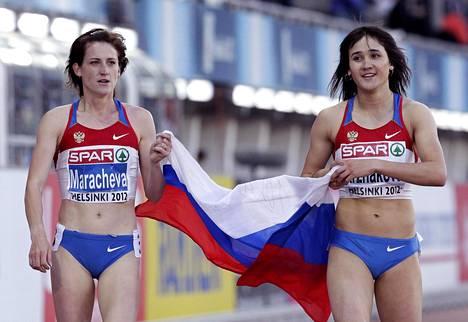 Irina Maratševa (vas.) juhli Helsingissä vuonna 2012 EM-pronssia, joka kirkastui myöhemmin hopeaksi, kun kisan voittanut Jelena Arzhakova jäi kiinni dopingista vuonna 2013.
