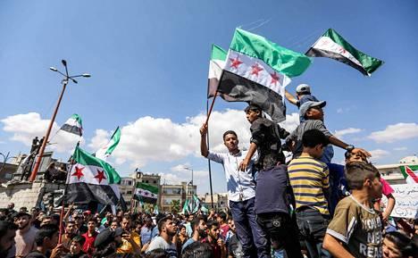 Kapinallisalueella Idlibissä mielenosoittajat vastustivat Syyrian hallintoa perjantaina ennen sunnuntaisia aluevaaleja.