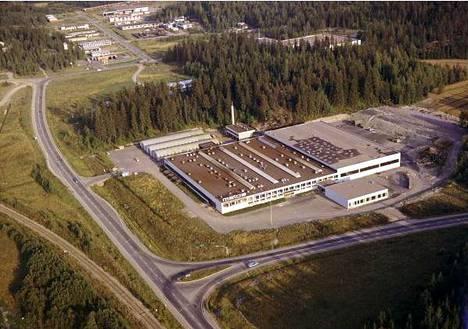 Ilmakuva 1970-luvun loppupuolelta Ahjosta. Kuvassa näkyvän metsäsaarekkeen takana näkyy Erosen leninkitehtaan kattoa. Edessä näkyy Instrumentarium-Metos oy ab:n tehdas.