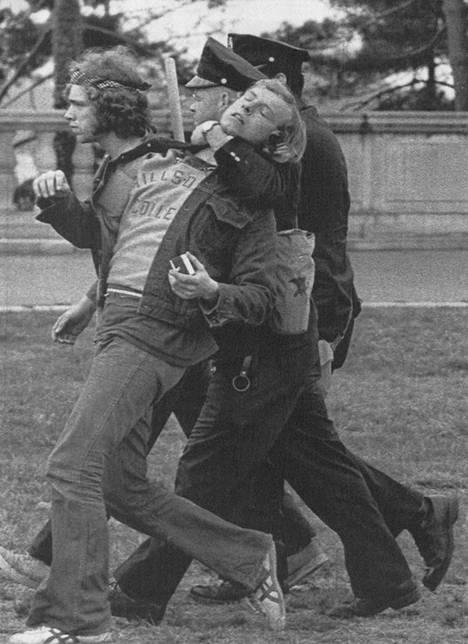Kurkusta kiinni ja lähimpään selliin. Washingtonin vankilat eivät riittäneet tuhansille maanantaina pidätetyille nuorille, jotka osoittivat mieltään Vietnamin sotaa vastaan.