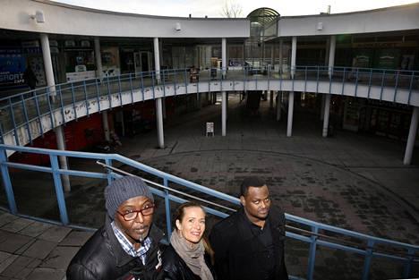 Shurie Mohamed, Maria von Flittner ja yhdistyskoordinaattori Mohamed Abdi Puhoksen ostoskeskuksen sisäpihalla.