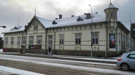 Kajaanin kaupunginteatteri toimii suojellussa puurakennuksessa.