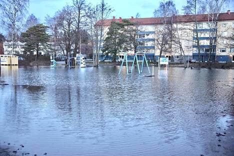 Vielä laskiaissunnuntaina vesi peitti Kasinonrannan leikkipuiston Lauttasaaressa. Kuva on lukijan ottama.