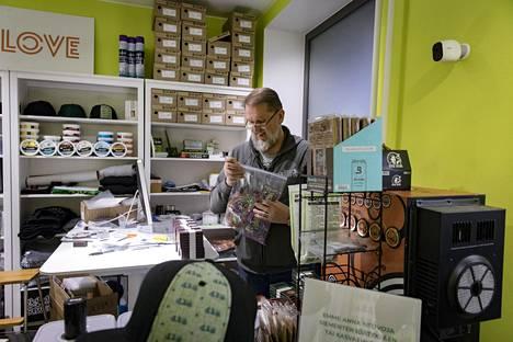 Juha Vihervaara myy kannabiksen siemeniä Seeds of Love -nimisessä kaupassaan Helsingin Kalliossa.