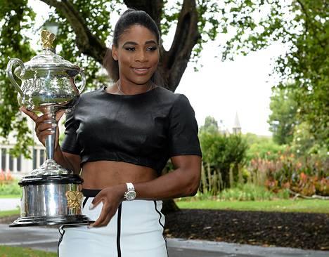 Serena Williams esitteli Australian avointen voittopokaalia sunnuntaina.