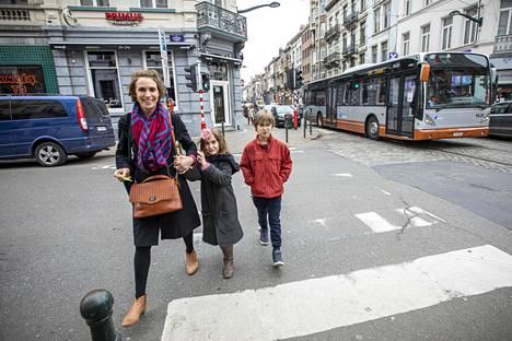 Marie-Pierre Herion vei lapsiaan Ondinea ja Abelia isälleen Brysselissä iltapäivällä ja meni samalla itse töihin.