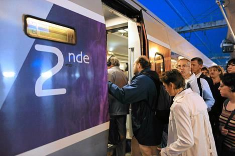 Työmatkalaiset jonottivat Le Mansissa syyskuussa nopeaan TGV-junaan, joka ehtii tunnissa Pariisiin runsaan kahdensadan kilometrin päähän.