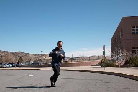 Victor Gonzales juoksi viime tipassa vaalikokoukseen.