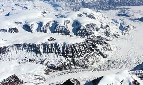 Vuoria pilkistää Grönlannin jäätiköiden alta. Jää peitti viime jääkaudella neljänneksen 25 maapallon maapinta-alasta.