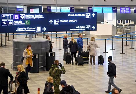 Matkustajia Helsinki-Vantaan lentokentällä tammikuussa.