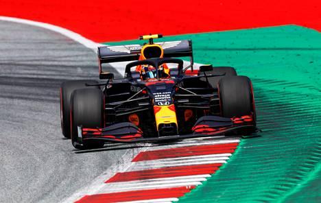 Red Bullin Alex Albonn sai osumaa radalla, mutta joutui keskeyttämään myöhemmin moottoririkkoon.
