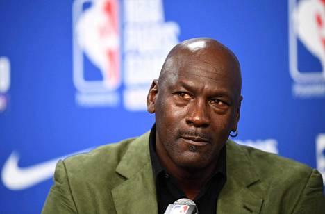 Michael Jordania pidetään kaikkien aikojen parhaana koripalloilijana. Hän on nykyään Charlotte Hornetsin NBA-joukkueen pääomistaja.