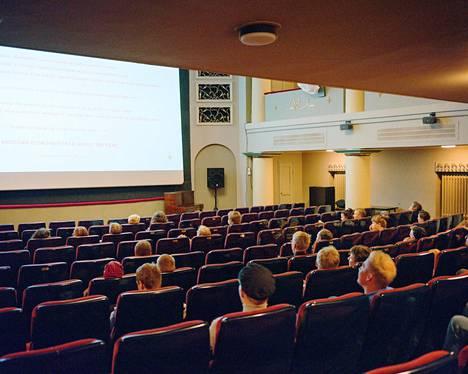 Koronapandemia vaikutti Euroopan elokuvateattereihin rajusti. Niiden myynti laski viime vuonna 75 prosenttia. Kuva Tenet-elokuvan ennakkonäytöksestä viime kesän lopulla elokuvateatteri Orionista.