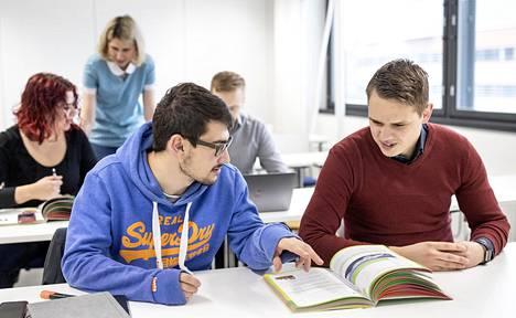 Lappeenrannassa samalla kielikurssilla on opiskelijoita sekä yliopistosta että ammattikorkeakoulusta. Etualalla Mikko Krebs ja Kees van Luit Lappeenrannan teknillisestä yliopistosta.