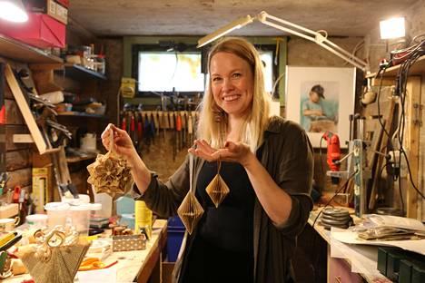 Monet hyvinkääläisen taiteilijan Katri Oikarisen askarteluideat ovat syntyneet tutustumalla materiaaliin hyvin konkreettisella tavalla. Hän on repinyt, taittanut, sahannut ja pyörittänyt. Onnistuminen on tullut kokeilemisen kautta.