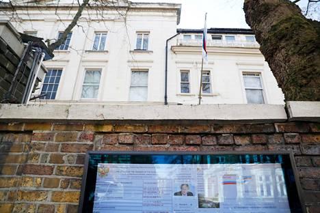 Venäjän Lontoon-suurlähetystön twiitit näkyvät myös suurlähetystön ulkopuolella olevalla ruudulla. Kuva on keskiviikolta.