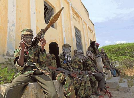 Al-Shabaabin taistelijoita partioi Somalian pääkaupungin Mogadishun eteläosassa maaliskuussa 2012.