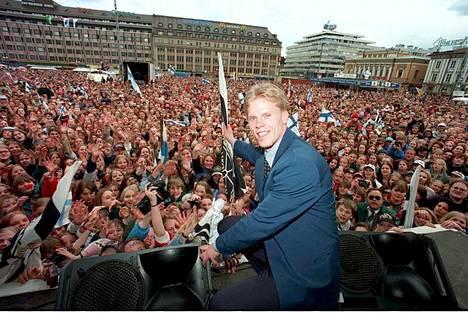 Saku Koivu juhli MM-kultaa kotikaupungissaan Turussa 9. toukokuuta 1995.