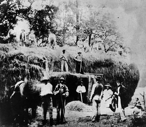 Talbot ikuisti vuonna 1845 kamerallaan joukon brittejä, jotka tekivät töitä maatilalla. Alkuperäinen kuva on otettu varhaisen valokuvausmenetelmän, kalotypian, avulla. Kuva ei välttämättä kuulu kaupattujen kuvien joukkoon.