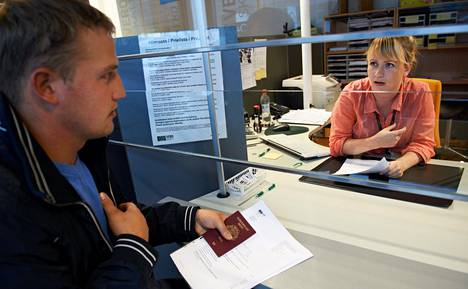 Ahti Kullamaa sai Laura Lehtiseltä maanantaina verokortin ja veronumeron. Paperit hän sujautti tapaamisen päätteeksi passin väliin talteen.