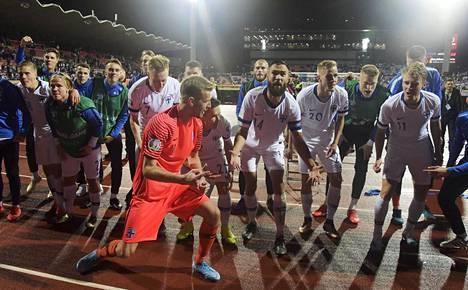 Suomen pelaajat Lukas Hradeckýn johdolla juhlivat torstai-iltana 1–0-voittoa Kreikasta.