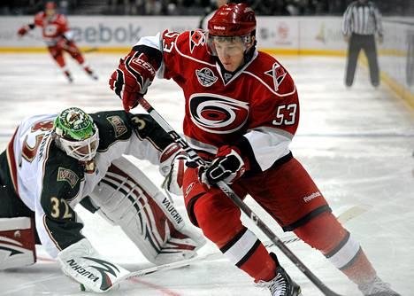 Minnesotan Niklas Bäckström (vas.) löysi pelipaikan Valko-Venäjältä työsulun ajaksi. Carolinan Jeff Skinner ohitti hänet syksyn 2010 avauspelissä Helsingissä.