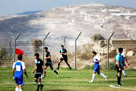 Siirtokuntaseura Ariel Municipal Soccer Club (sinivalkeat) kohtasi syyskuun lopulla kotikentällään Maccabi HaSharon Netanyan joukkueen.