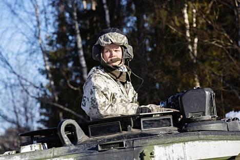 Suomalainen panssarivaunun johtaja Benjamin Wuite tarkkailee maisemaa pohjoisruotsalaisen metsätien mutkassa Leopard 2 A4 -panssarivaunun tornista.